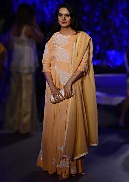 Padmini Kolhapure walks the ramp in Manish Malhotra Lakme Fashion week