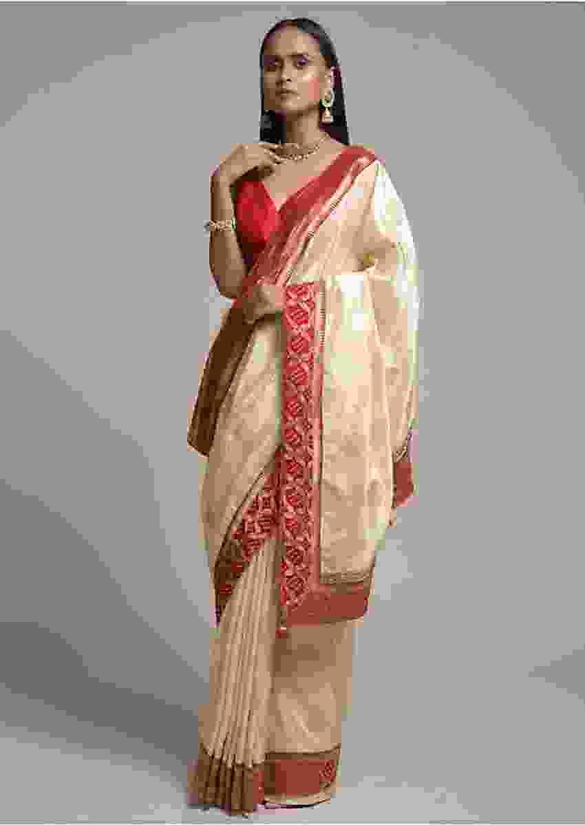 Off White Saree In Dola Silk With Brocade Leaf Shaped Buttis And Contrast Red Bandhani Border Online - Kalki Fashion