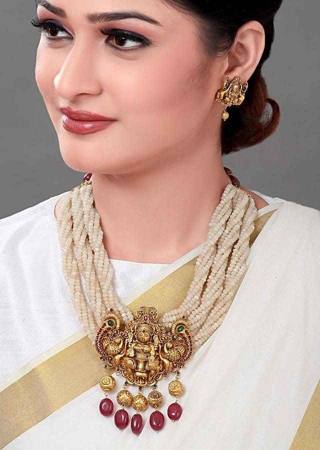 Gold Plated Set Is Made Of Agate Beads With An Antique Gold Pendant And Red Onyx Beads Online - Joules By Radhika