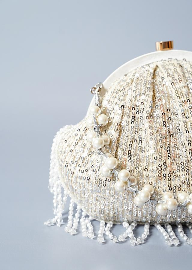 White Clutch In Sequins Fabric With Cut Dana Fringes On The Edges By Solasta