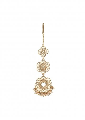 Gold Plated Maang Tika In Floral Motifs With Delicate Filigree Design And Pearls By Zariin